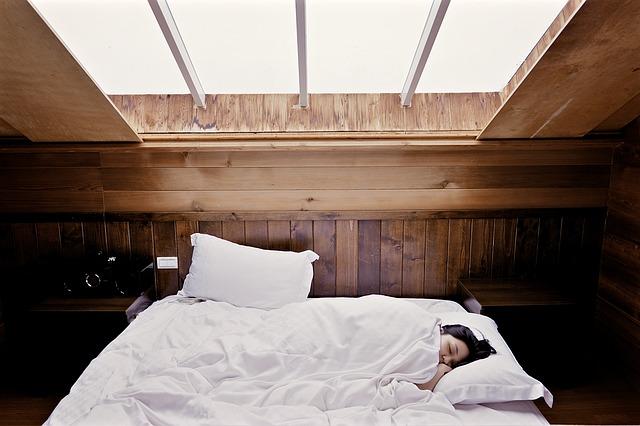Jakou postel do malé ložnice?