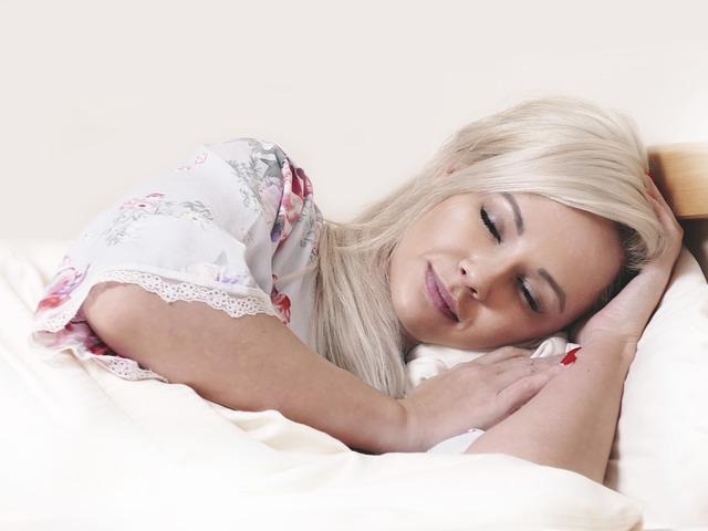 pohled na spokojenou spící ženu.jpg