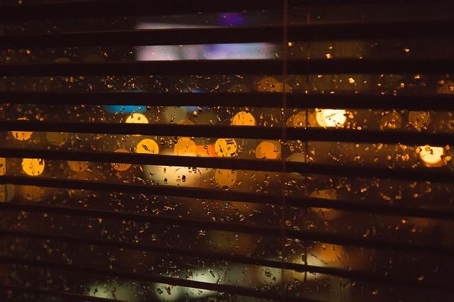 okno + roleta + déšť