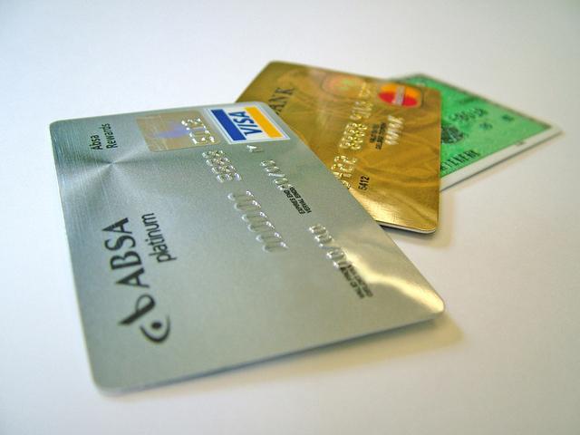 spousta kreditních karet na sobě